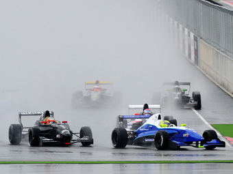 F-Renault 2.0: Negrão larga na pole e lidera dois terços da prova na Espanha