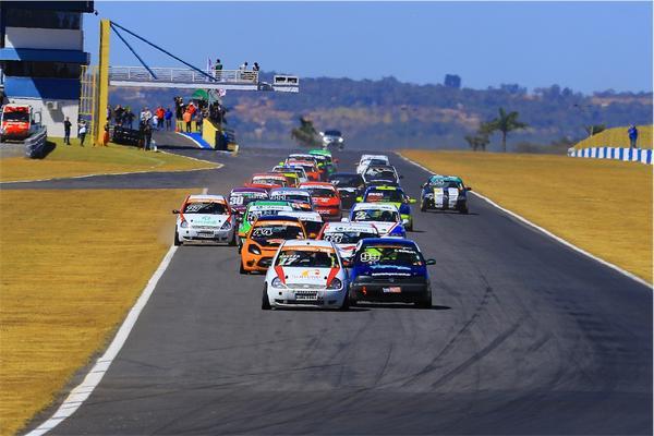Campeonato Brasileiro de Turismo 1600: Kaefer vence a primeira e se isola na liderança do campeonato