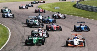 Fórmula Renault Britânica: Chris Middlehurst vence as três provas em Thruxton