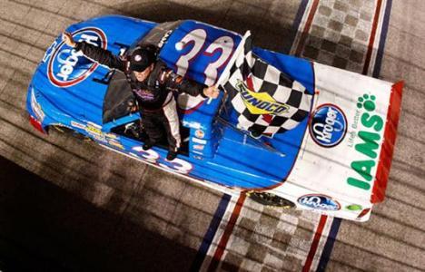 NASCAR Truck Series: Johnny Sauter leva bandeira preta e Ron Hornaday vence no Texas