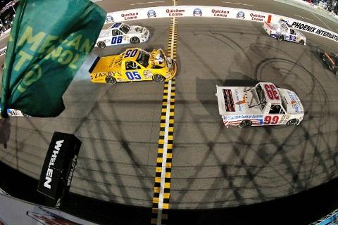 NASCAR Truck Series: Erik Jones vence prova encurtada por falta de energia