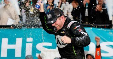 NASCAR XFINITY Series: Regan Smith vence em Dover