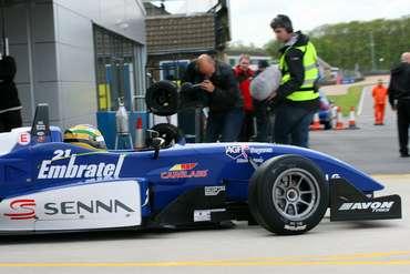 F3 Inglesa: Bruno Senna corre de Fórmula 3 e a pé em Snetterton
