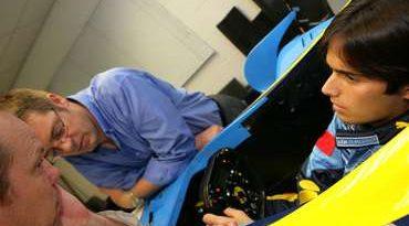 F1: Nelsinho Piquet visita sede da equipe Renault na Inglaterra