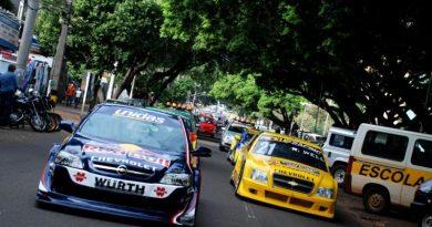 Stock: Bicampeão Cacá Bueno desfila pelas ruas de Londrina