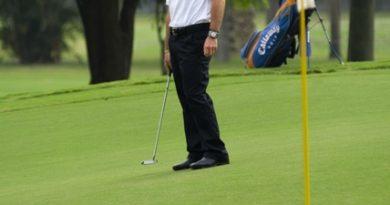F1: No Brasil, Rubinho comemora pontos em Mônaco jogando golfe