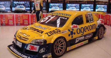 Stock Car V8: Átila Abreu expõe seu carro em supermercado de Sorocaba