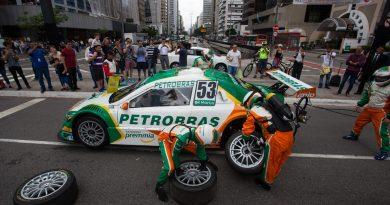 """Stock Car promove a ação """"Mecânico por um Dia"""" durante carreata em Curitiba"""