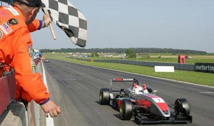 F3 Inglesa: Marko Asmer mantém vantagem na liderança depois de Snetterton