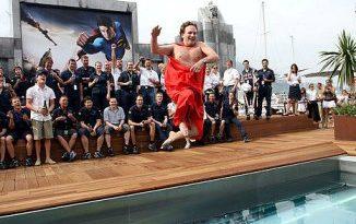 F1: Dirigente da Red Bull paga promessa e pula pelado em piscina
