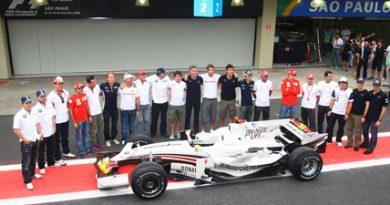 F1: Coulthard exibe carro com pintura especial