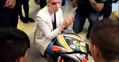 F1: Após quase um ano de acidente, De Villota mostra capacete destruído