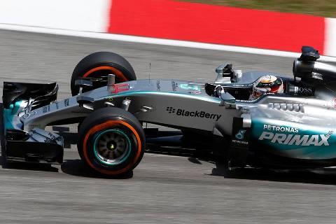 F1: Lewis Hamilton sai na pole na Malásia