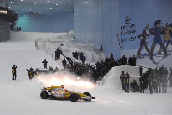F1: Pilotando em locais inusitados, Nlesinho Piquet comandou o Dubai Roadshow