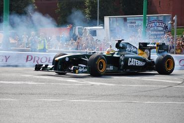 F1: Luiz Razia se exibe na Rússia diante de 300 mil