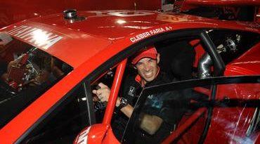 GT Brasil: Helio Castroneves conhece os detalhes de um carro do Itaipava GT Brasil