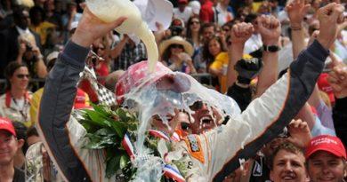 IndyCar: Em final histórico Dan Wheldon vence a 100ª edição das 500 Milhas de Indianápolis