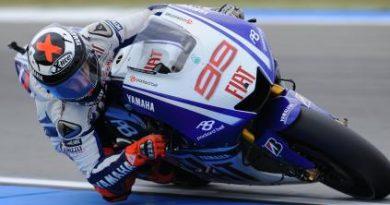 MotoGP: Valentino Rossi cai, Jorge Lorenzo vence e reabre luta pelo título