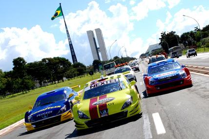 Stock: Máquinas desfilam pelas avenidas de Brasília