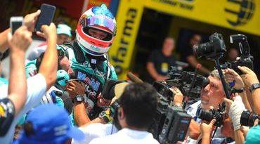 Stock: Barrichello voa, faz a pole e busca 'engrossar' disputa pelo título