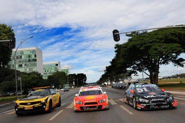 Stock: Carros da Stock Car aceleram nas avenidas de Brasília