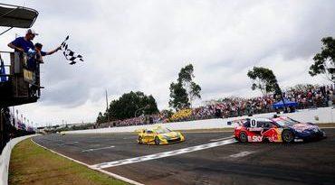 Stock: Cacá Bueno supera Ricardo Maurício em Londrina e assume a liderança da Mobil Super Final 2011