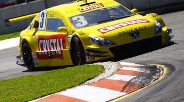 Stock: Claudio Ricci alinha perto da zona de pontuação em Salvador