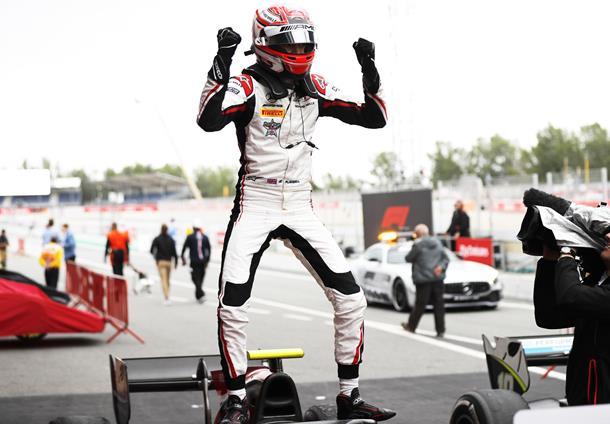 Fórmula-2: George Russell e Jack Aitken vencem em Barcelona