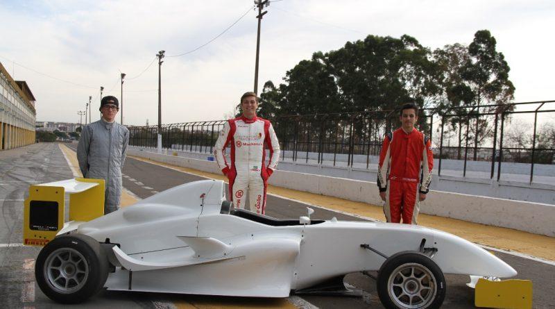 Jovens pilotos testam carro da Fórmula Academy Sudamericana