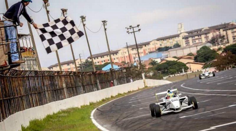 Pedro Saderi marcou a pole e venceu as duas provas na abertura da Fórmula Academy Sulamericana
