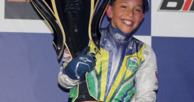 Vinícius Tessaro, com o troféu de campeão brasileiro