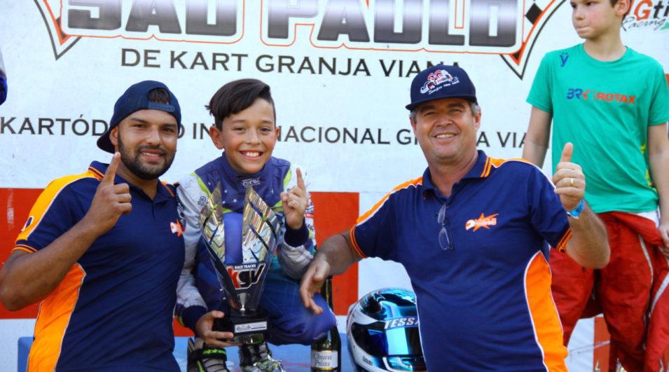 Vinícius Tessaro comemora com Divino e Sabiá, da Sabiá Racing