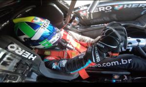 O piloto literalmente se encaixa no cockpit do moderno Cruze de competição
